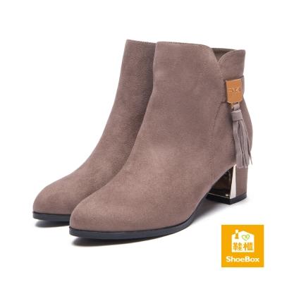 鞋櫃ShoeBox 短靴-流蘇布面尖頭中跟踝靴-卡其