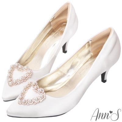 Ann'S奶油甜心-愛心珍珠鑽飾質感緞面尖頭低跟鞋-白