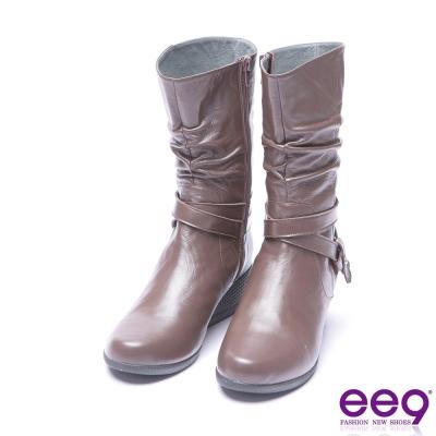 ee9 芯滿益足金屬扣環交叉繫帶素面楔型跟短筒靴 咖色