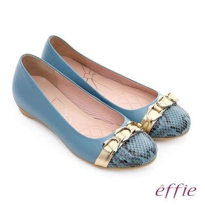 effie 軟芯系列 全真皮拼接金屬飾釦蛇紋平底鞋 藍色