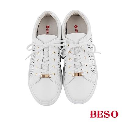 BESO 潮流同步 全真皮雕花沖孔綁帶休閒鞋~白