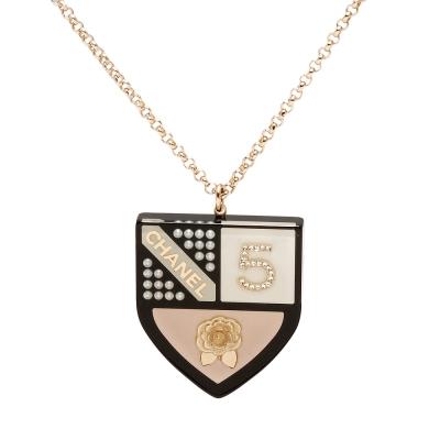 CHANEL 經典鑲鑽山茶花XNO.5 盾牌造型項鍊(粉)