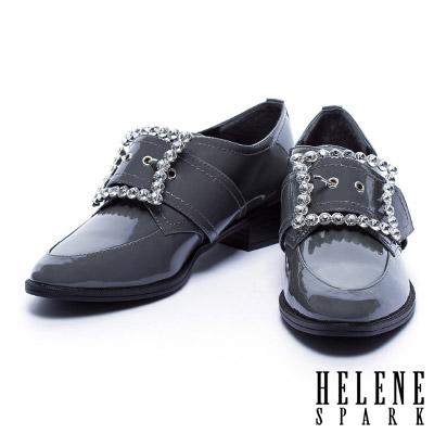 跟鞋 HELENE SPARK 簡約卻不失華麗白鑽方釦尖頭亮皮跟鞋-灰