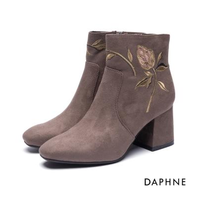 達芙妮DAPHNE 短靴-精緻花朵刺繡絨布粗跟踝靴-卡其