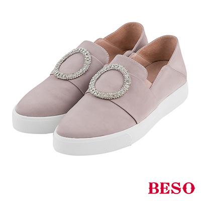 BESO  率性俐落 圓形白鑽飾釦軟皮休閒鞋~芋