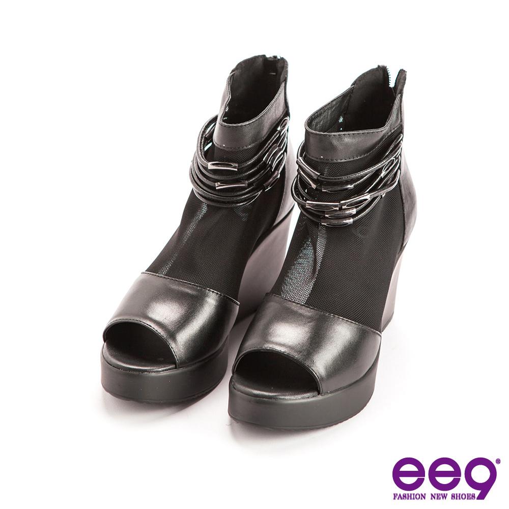 ee9酷勁個性~靚亮異材質併接金屬釦環露趾楔型跟鞋~黑色