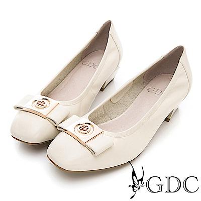 GDC-真皮質感金屬飾釦氣質粗跟鞋-米色