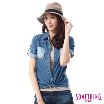 SOMETHING 剪接洞洞短袖牛仔襯衫 -女-漂淺藍