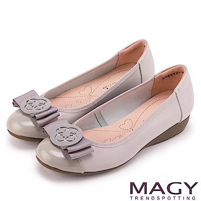 MAGY 甜美混搭新風貌 蝴蝶結圓牌五金真皮低跟鞋-灰色