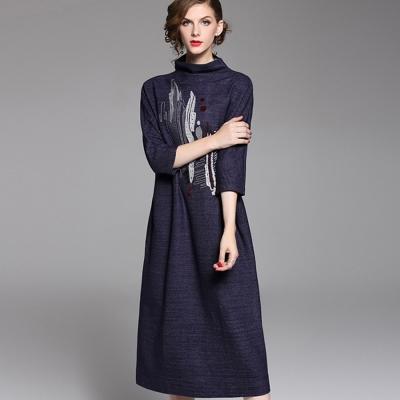 a la mode 艾拉摩兒 深藍立領刺繡寬鬆修身長洋裝(S-XL)