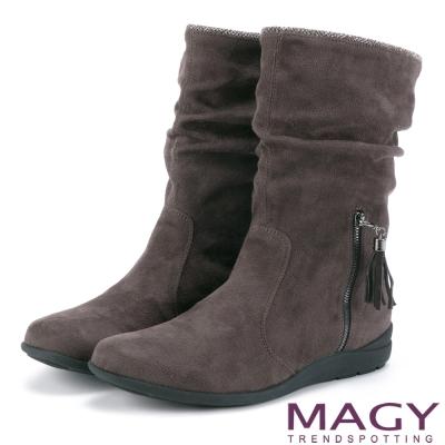 MAGY 暖冬時尚 2WAY抓皺絨布素面百搭中筒靴-咖啡
