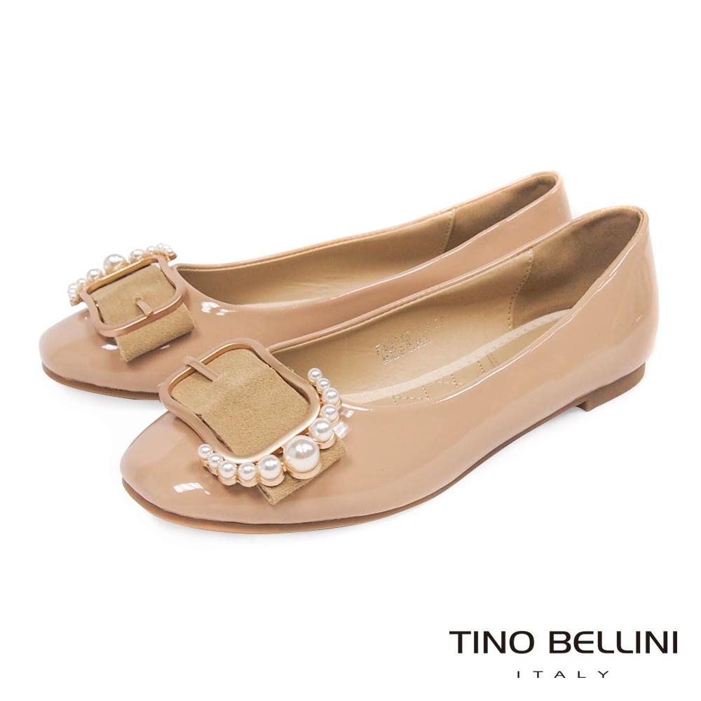 Tino Bellini 綺麗珍珠皮帶飾釦平底娃娃鞋_ 膚