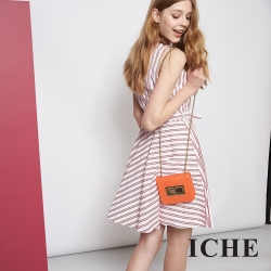 ICHE 衣哲 微甜紅白條紋印花修身造型洋裝