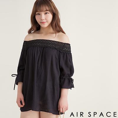 AIR SPACE PLUS 蕾絲拼接縮口綁帶一字領洋裝(黑)