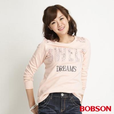 BOBSON 女款英文刺繡蕾絲長袖上衣(粉橘21)
