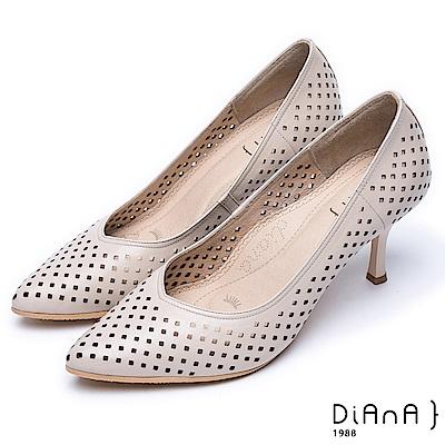 DIANA漫步雲端焦糖美人款--尖頭洞洞舒適透氣真皮跟鞋-米白