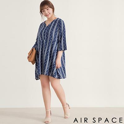AIR SPACE PLUS 中大尺碼 滿版圖騰V領寬袖洋裝(藍)