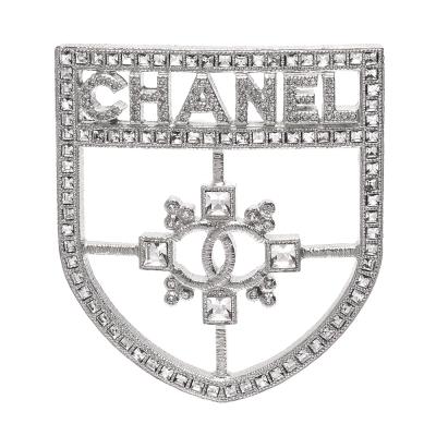 CHANEL方型水鑽盾牌造型銀色金屬胸針