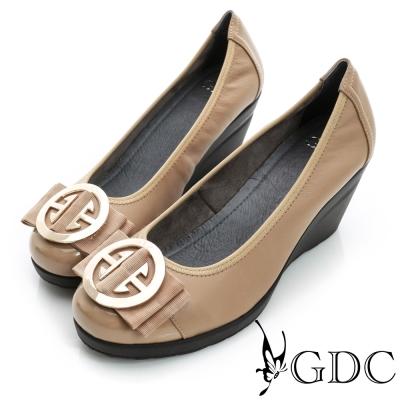 GDC都會-超軟金屬飾扣彈力楔型厚底真皮中跟鞋-卡其色
