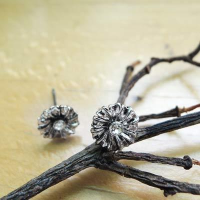 KOURIN花園系列-復古銀色水鑽小雛菊耳環(白鑽)