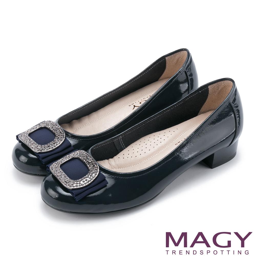 MAGY OL通勤專屬 鏡面牛皮水鑽方釦低跟鞋-深藍