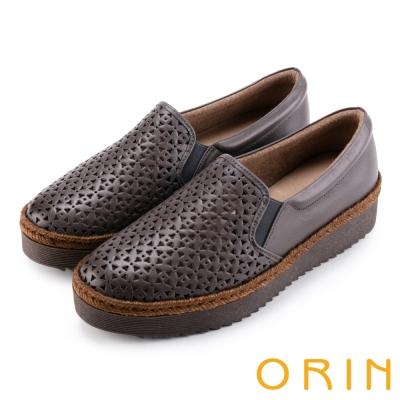 ORIN 引出度假氣氛 牛皮打洞花紋簍空平底便鞋-灰色
