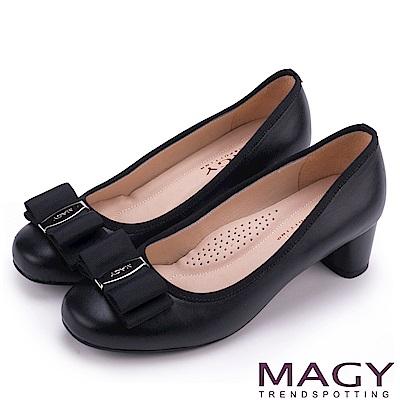 MAGY 品牌經典熱賣款 LOGO飾釦蝴蝶結低跟鞋-霧黑