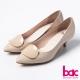 bac成熟簡約-尖頭單片扣亮面短跟鞋-米