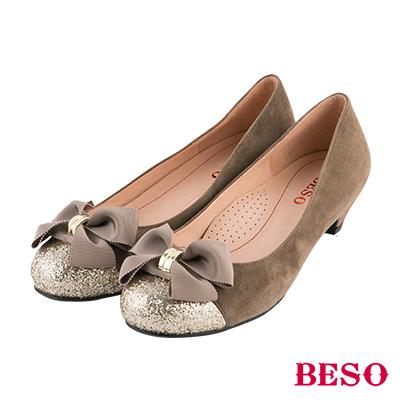 BESO 甜美知性 蝴蝶結飾扣金蔥全真皮低跟鞋~卡其