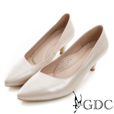 GDC-時尚經典斜口素面真皮尖頭低跟鞋-米杏色
