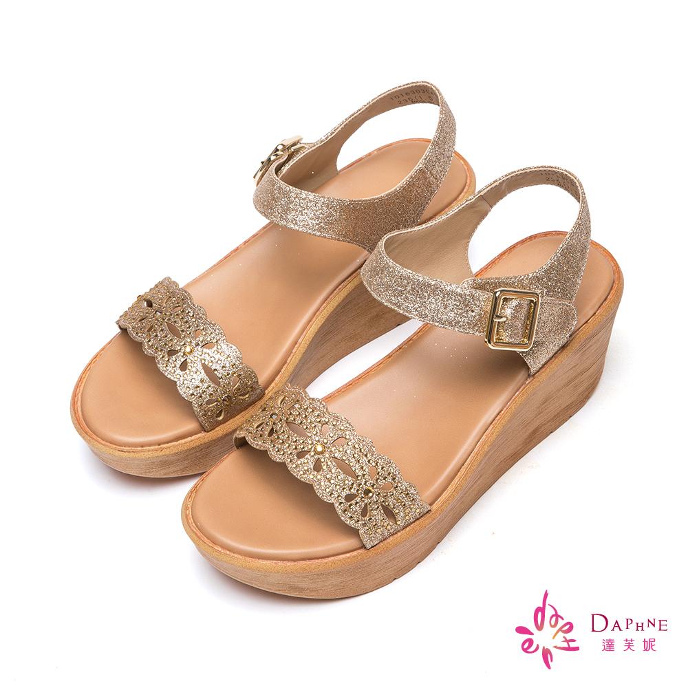 達芙妮DAPHNE 花漾天晴金蔥縷花水鑽寬帶楔型涼鞋-閃耀金8H