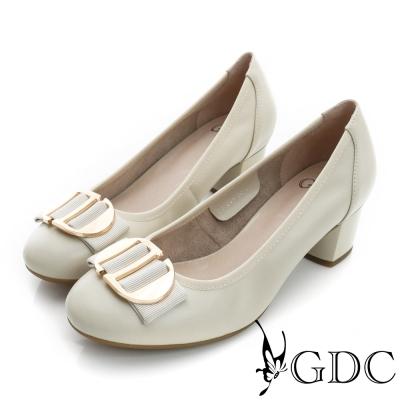 GDC-都會時尚金屬飾扣圓頭柔軟真皮粗低跟鞋-米杏色