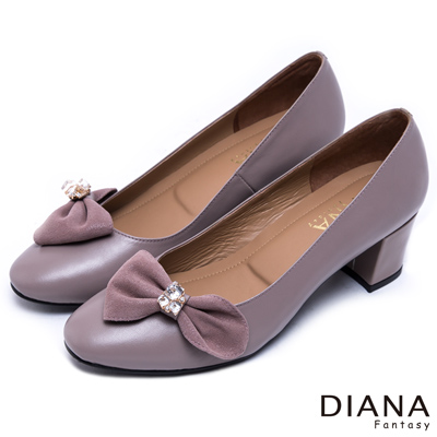 DIANA-絕美風潮-立體抓皺蝴蝶水鑽真皮低跟鞋