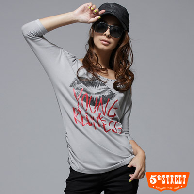 5thSTREET-美式熱潮-嘴唇文字T-女款-麻灰色
