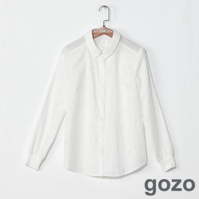 gozo 網路獨家-紋路圖樣百搭素色長袖襯衫(純白)