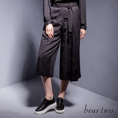 beartwo光澤感絨布燒花綁帶寬口褲-二色