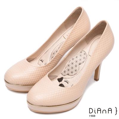 DIANA 漫步雲端LADY款--質感壓紋真皮跟鞋-卡其