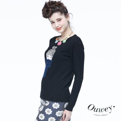 OUWEY歐薇-圍巾女孩緹織圖案毛衣-黑