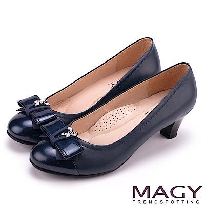 MAGY 甜美舒適款 特殊飾釦水鑽羊皮中跟鞋-藍色