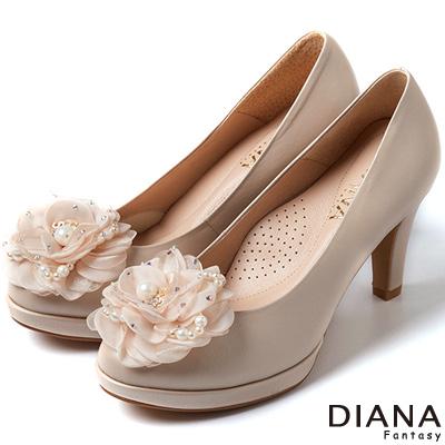 DIANA-時尚指標-NO-5綻放花朵真皮跟鞋-米
