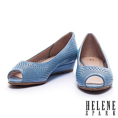 低跟鞋 HELENE SPARK 典雅菱格沖孔羊皮魚口楔型低跟鞋-藍