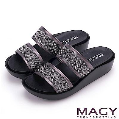 MAGY 休閒穿搭必備款 寬版真皮二字燙鑽厚底拖鞋-灰色