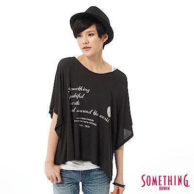 SOMETHING T恤 隨意自在印花垂袖造型T-女-黑色