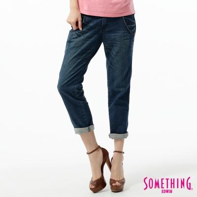 SOMETHING 七分褲 菱格腰頭牛仔褲-女-拔洗藍