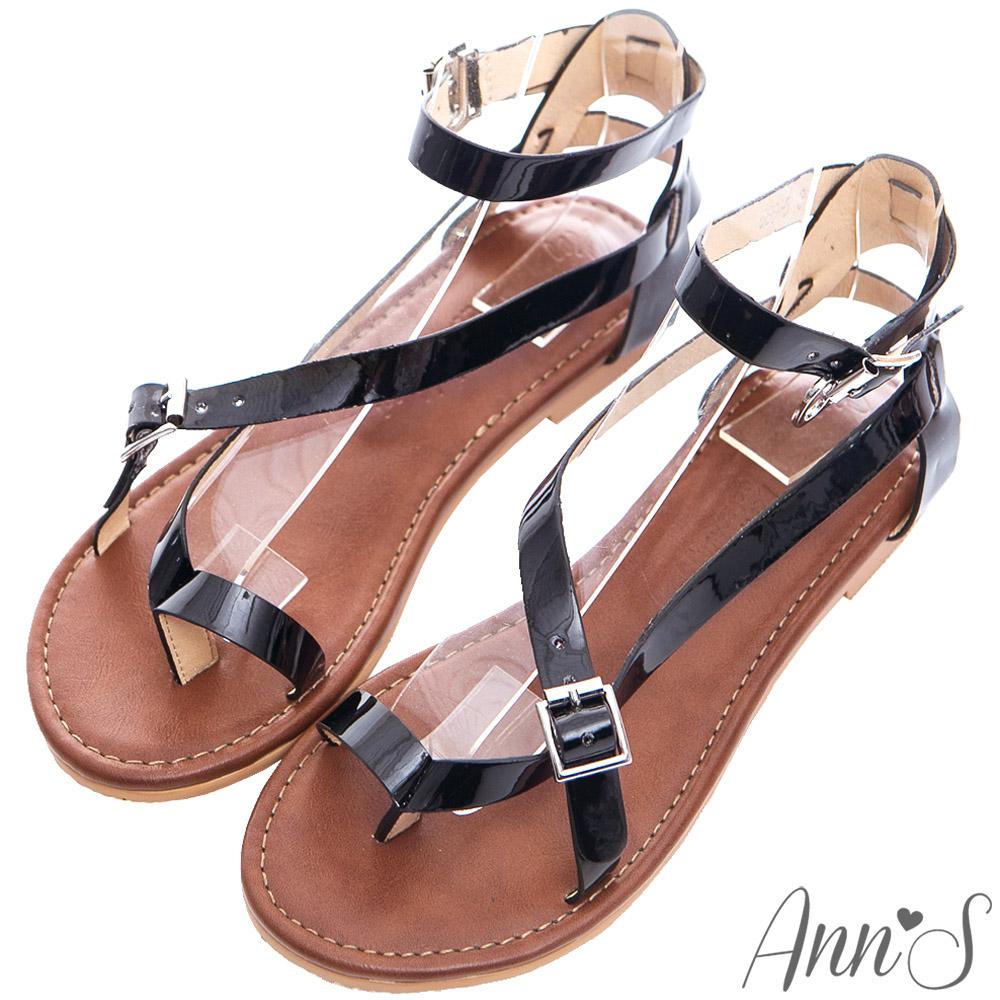 Ann'S歐美部落客-率性漆皮交叉繞帶寬版平底夾腳涼鞋-黑