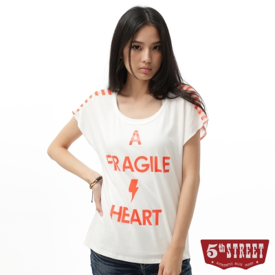 5thSTREET女印字雪紡條紋拼接T恤淺灰桔