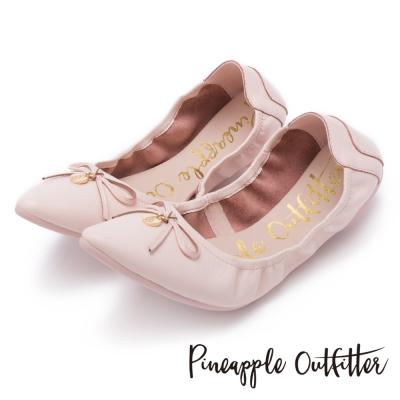 Pineapple Outfitter 個性時尚  蝴蝶結金屬圓牌尖頭娃娃鞋-粉色