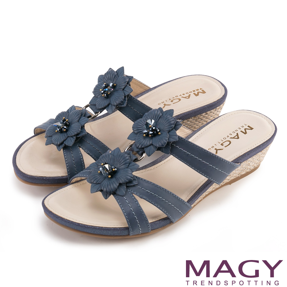 MAGY 散發輕熟魅力 真皮皮革花朵編織楔型拖鞋-藍色