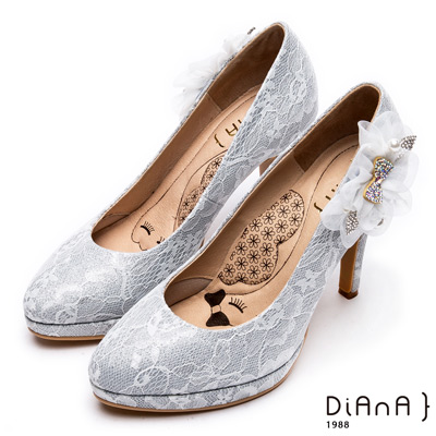 DIANA 超厚切LADY款--波爾多法式蕾絲布花朵飾釦晚宴跟鞋-銀