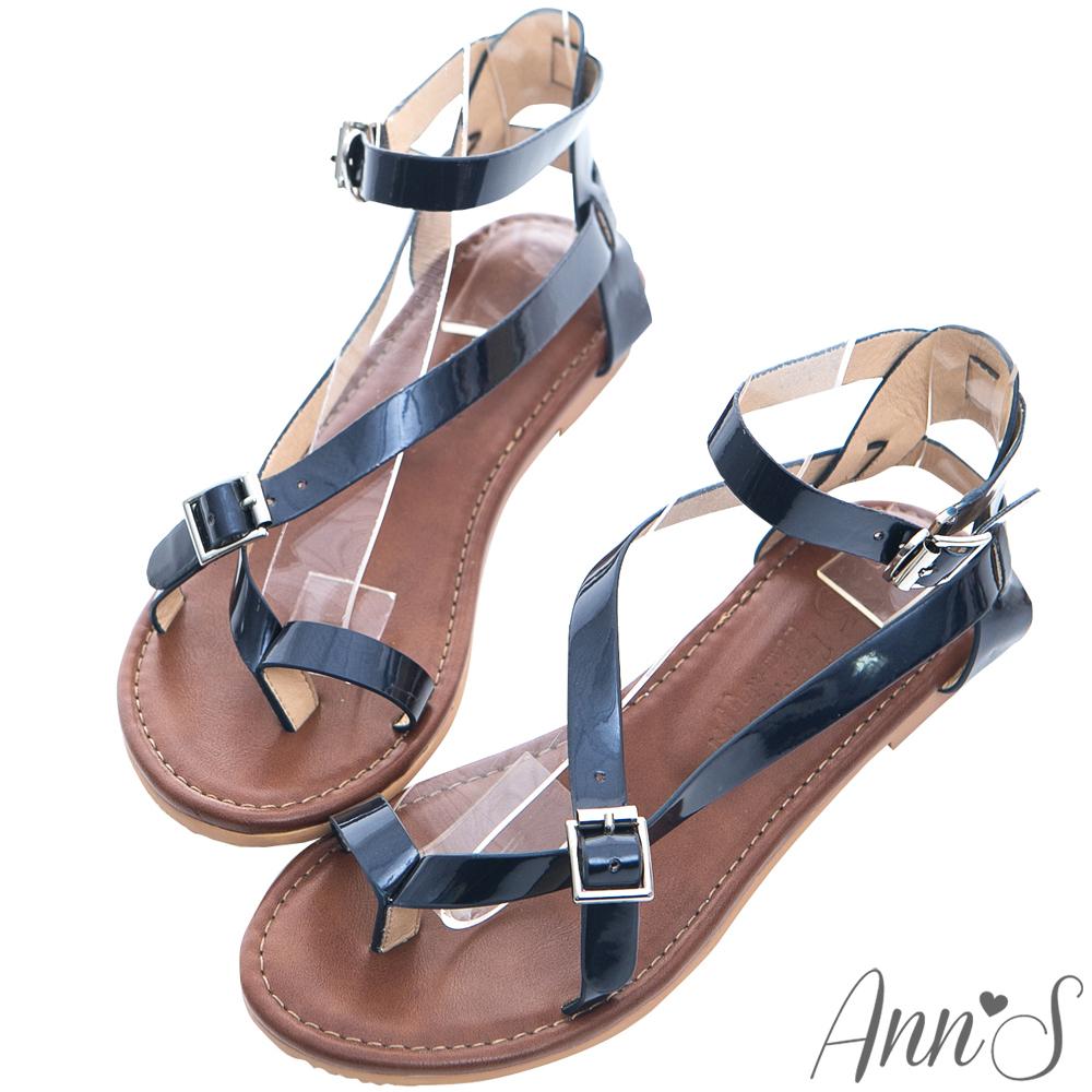 Ann'S歐美部落客-率性漆皮交叉繞帶寬版平底夾腳涼鞋-藍